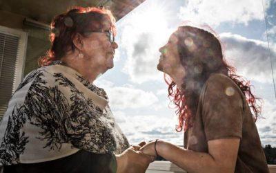 Lue päihde- ja läheishoidon tärkeydestä. Avominnen läheisohjaajan Tuulan ja hänen tyttönsä Riinan haastattelu Seurassa.